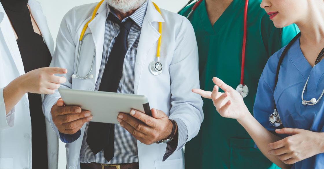 """SIA """"Jelgavas pilsētas slimnīca"""" jaunizveidotajā COVID-19 pacientu aprūpes nodaļā tiek meklēti jauni kolēģi."""